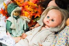 Gammalt skräp behandla som ett barn - dockan Arkivfoto