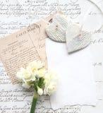 Gammalt skriva med blommor och hjärtor Arkivfoto