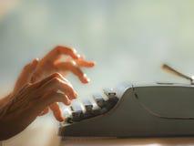 Gammalt skriva på maskin med fingrar royaltyfri fotografi