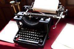 Gammalt skrivmaskin och papper på författareskrivbordet Royaltyfri Bild