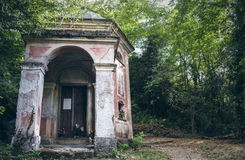 Gammalt slitet katolskt kapell i de Ligurian bergen Arkivbilder