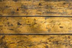 Gammalt slog gul grå träyttersida som gjordes av bräden med skrapor och smutsfläckar Horisontal fodrar Textur för grov yttersida arkivbilder