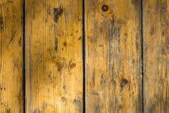 Gammalt slog gul grå träyttersida som gjordes av bräden med skrapor och smutsfläckar lines vertical Textur för grov yttersida royaltyfria bilder