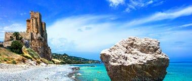 Gammalt slott och hav, Roseto Capo Spulico, Calabria, Italien Arkivfoto