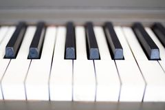 Gammalt slut för pianotangenter upp royaltyfri foto