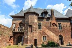 Gammalt småstadLinn slott royaltyfria foton