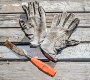 Gammalt smutsa ner handskar Arkivbild