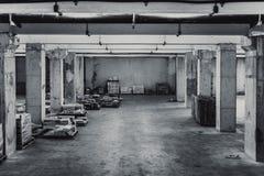 Gammalt smutsigt utrymme för lagringsbyggnad royaltyfria bilder