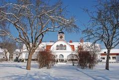 gammalt snöig för huslawn Royaltyfria Bilder