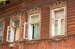 Gammalt snidit fönster Arkivfoton