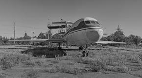 Gammalt sovjetiskt flygplan YAK-40 på en övergiven aerodrome Arkivfoton