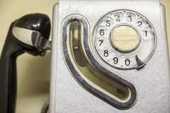 Gammalt spanskt bås för offentlig telefon från 1960 Arkivfoton