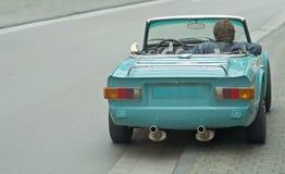 gammalt sportscar vänta för chaufför royaltyfri fotografi