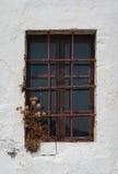 Gammalt stängt fönster med järnstänger Arkivfoton