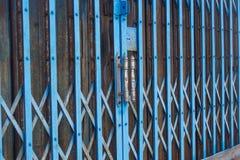 Gammalt ståldörr och dubbletthandtag arkivbild