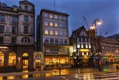 Gammalt stadsgataTwinnings te shoppar Nght London England Arkivbild