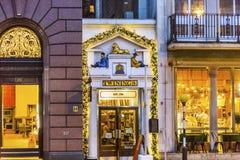 Gammalt stadsgataTwinnings te shoppar Nght London England Royaltyfria Foton