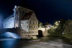 Gammalt stadshus i Bamberg vid natt royaltyfri foto