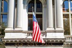 Gammalt stadshus med amerikanska flaggan Royaltyfri Fotografi