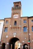 Gammalt stadshus med blommor i Oderzo i landskapet av Treviso i Venetoen (Italien) arkivbilder