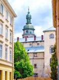 Gammalt stadshus med en klocka och en klocka Arkivbild