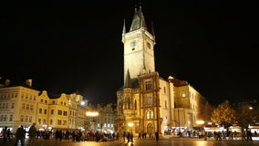 Gammalt stadstadshus i Prague (nattsikten), sikt från den gamla stadfyrkanten, Tjeckien lager videofilmer