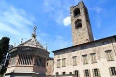 Gammalt stadstorn Torre Civica och Baptistery för kyrkaBergamo domkyrka i Citta Alta Royaltyfri Bild