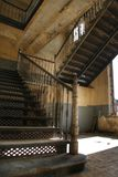 Gammalt staiway i ett gammalt fängelse Arkivbilder