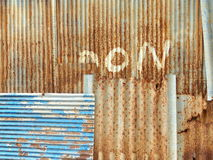Gammalt staket för korrugerat järn för bakgrund Arkivfoton