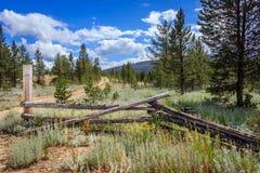 Gammalt staket i bergen fotografering för bildbyråer