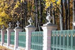 Gammalt staket med träd arkivfoto