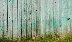 Gammalt staket och grönt gräs Royaltyfria Bilder