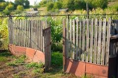 Gammalt staket på en lantgård i byn öppen port Royaltyfri Bild