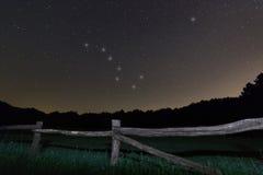 gammalt staket Polstjärnanstjärna för stjärnklar natt, Ursa Major, himmel för natt för Karlavagnenkonstellation härlig royaltyfria bilder