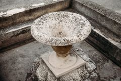gammalt stena vattenspringbrunnen i formen av vaserna royaltyfri bild