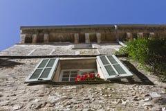 gammalt stenfönster för hus Arkivbild