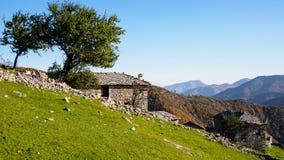 Gammalt stenhus i berget Royaltyfri Foto