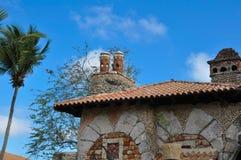 Gammalt stenhus i den spanska stilen med taket för röd tegelplatta Arkivfoto