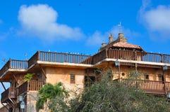 Gammalt stenhus i den spanska stilen med träbalkonger Arkivbilder