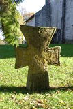 Gammalt stenkors i churchyard royaltyfria bilder