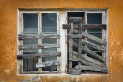 Gammalt stigit ombord-upp fönster två på väggen Royaltyfri Fotografi