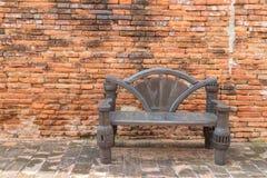 Gammalt stolträ med tegelstenväggen Royaltyfri Fotografi