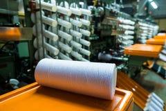 Gammalt stuckit tyg Textilfabrik i roterande produktionslinje och roterande en maskineri- och utrustningproduktion royaltyfria foton