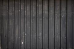 Gammalt svart metallark, ståltextur, stålvägg i mörkret Arkivfoto