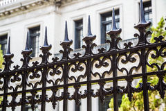 Gammalt svart utsmyckat staket royaltyfri bild