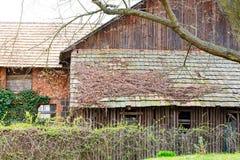 Gammalt tak från en förfallen ladugård royaltyfria foton