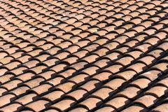 Gammalt tak som ekas med tegelplattor för röd lera Royaltyfria Foton