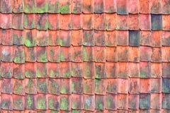 Gammalt tak som t?ckas med redroof som t?ckas med r?da gamla och f?rst?rda tak f?r tegelplattor, Textur av ett tak med gamla takt arkivfoton