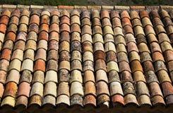 Gammalt taklägga belägger med tegel Arkivbilder