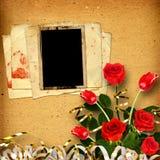 Gammalt tappningalbum för foto med en bukett av röda rosor och tul Royaltyfria Bilder